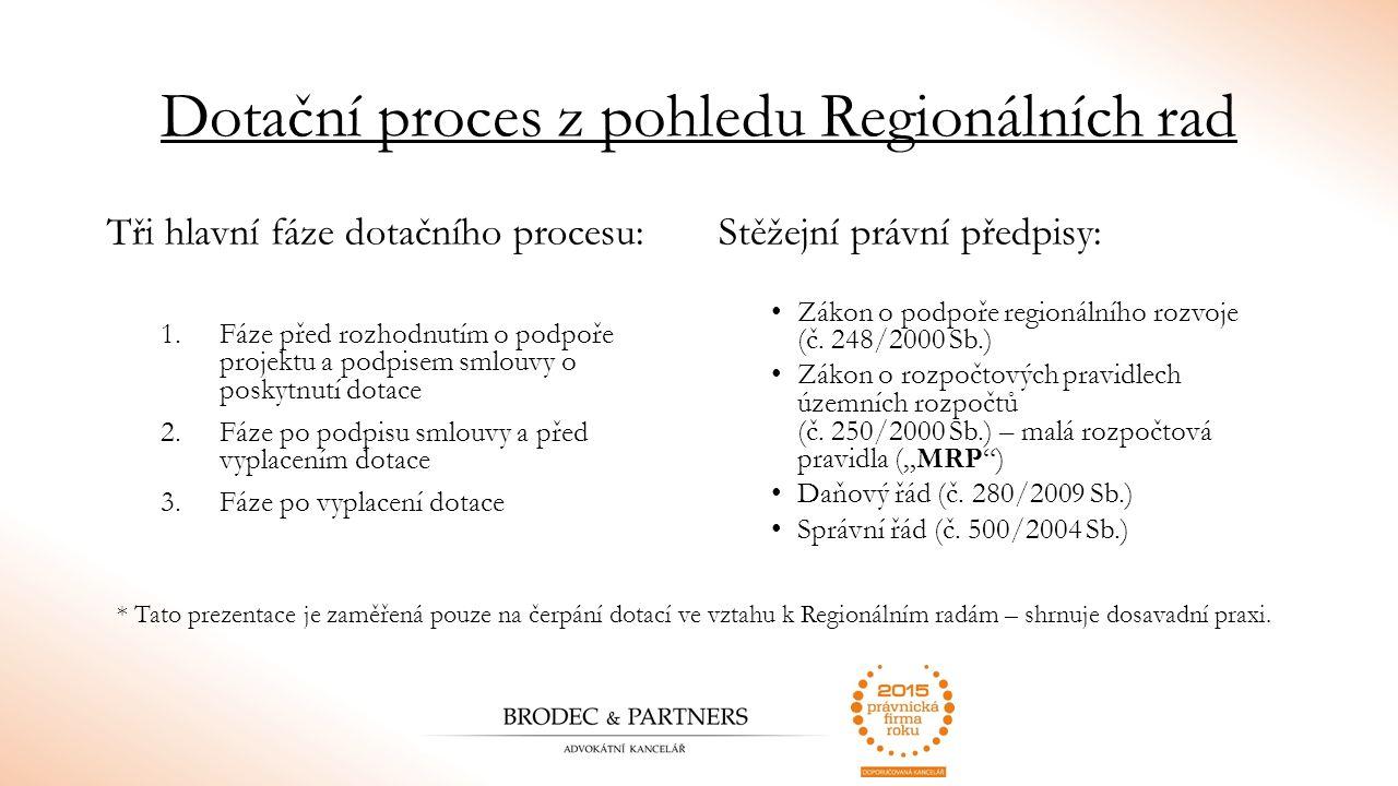 Fáze před podpisem smlouvy o poskytnutí dotace finanční prostředky poskytuje EU ze strukturálních fondů podmínky pro jejich využití stanovují přímo použitelná nařízení v programovém dotačním období 2007 – 2013 se v ČR dotace z EFRR v rámci regionálních programů přerozdělovaly prostřednictvím: 7 regionálních operačních programů (řídicí orgány - Regionální rady regionů soudržnosti) – řídící orgán dle nařízení EU není právní předpis, který by stanovil jednoznačná pravidla pro rozhodování o výběru projektů uplatní se základní zásady rozhodování v oblasti veřejné správy (transparentnost, rovnost, přezkoumatelnost)