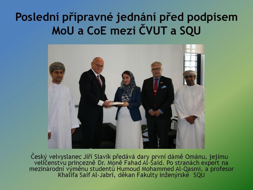 Poslední přípravné jednání před podpisem MoU a CoE mezi ČVUT a SQU Český velvyslanec Jiří Slavík předává dary první dámě Ománu, jejímu veličenstvu princezně Dr.