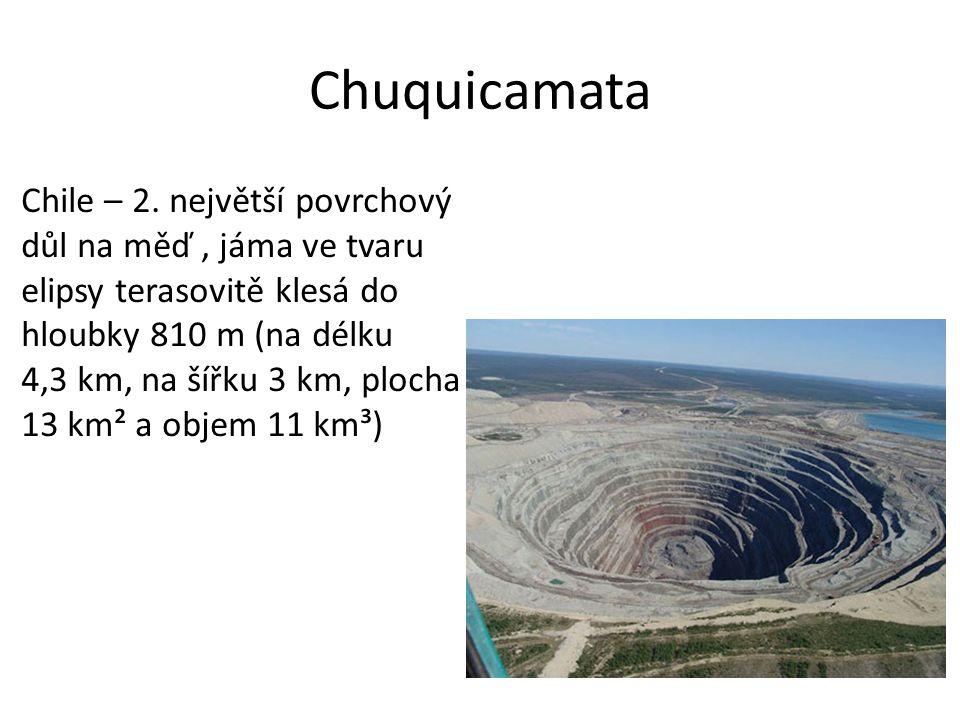 Chuquicamata Chile – 2. největší povrchový důl na měď, jáma ve tvaru elipsy terasovitě klesá do hloubky 810 m (na délku 4,3 km, na šířku 3 km, plocha