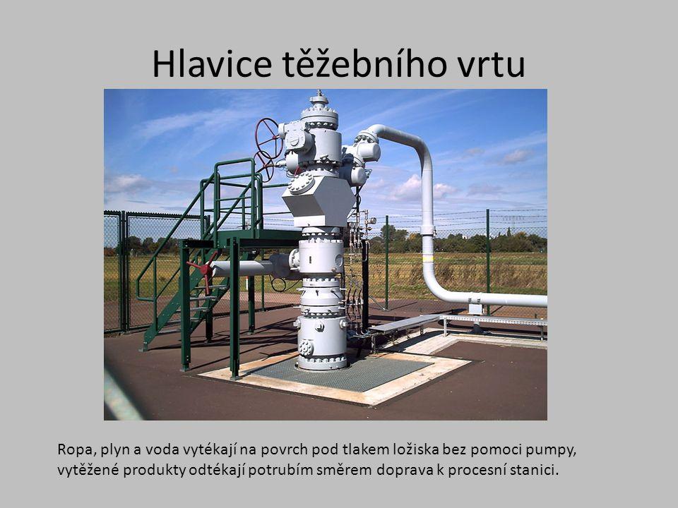 Hlavice těžebního vrtu Ropa, plyn a voda vytékají na povrch pod tlakem ložiska bez pomoci pumpy, vytěžené produkty odtékají potrubím směrem doprava k