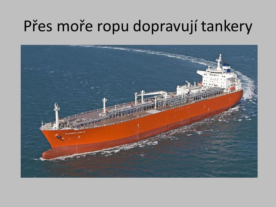 Přes moře ropu dopravují tankery