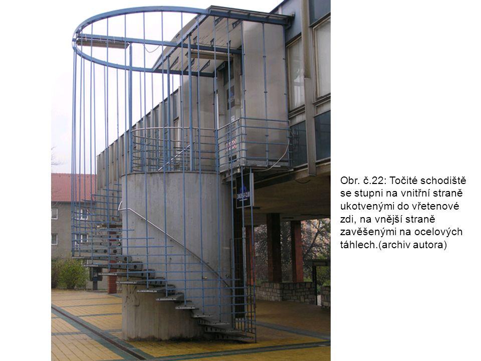 Obr. č.22: Točité schodiště se stupni na vnitřní straně ukotvenými do vřetenové zdi, na vnější straně zavěšenými na ocelových táhlech.(archiv autora)