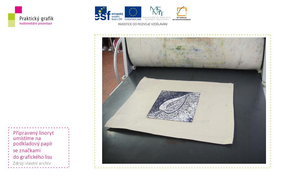 Připravený linoryt umístíme na podkladový papír se značkami do grafického lisu Zdroj: vlastní archiv