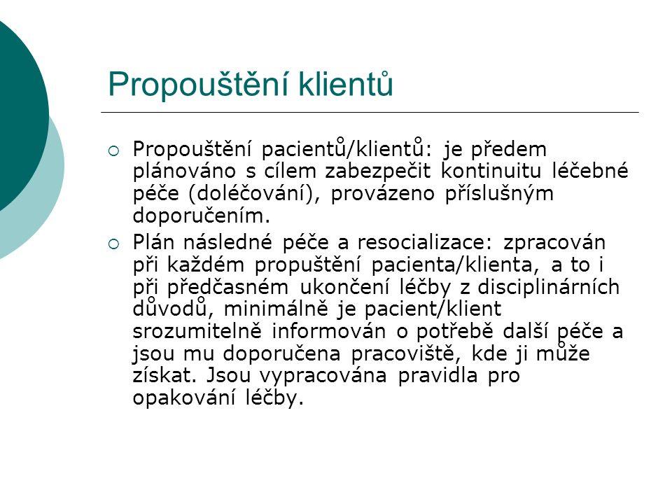 Propouštění klientů  Propouštění pacientů/klientů: je předem plánováno s cílem zabezpečit kontinuitu léčebné péče (doléčování), provázeno příslušným doporučením.