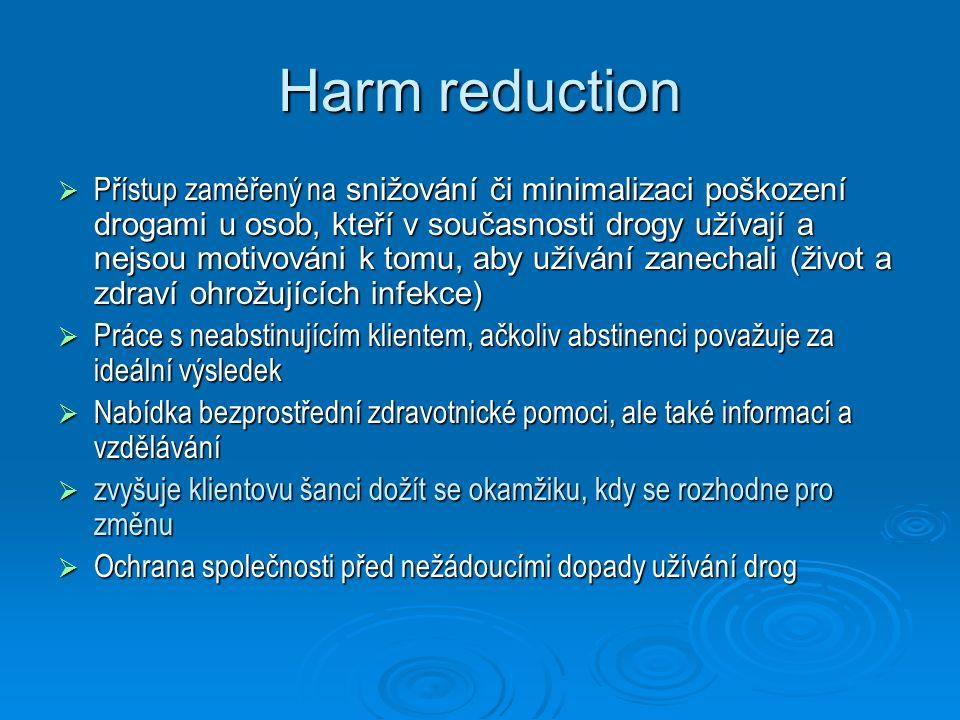 Princip harm reduction v kontextu NS = minimalizace poškození souvisejících s užíváním návykových látek, jejímž specifikem je individuální přístup ke klientovi respekt k volbě klienta a jeho potřebám respekt k volbě klienta a jeho potřebám cílem HR není abstinence klienta => šance oslovit větší počet uživatelů cílem HR není abstinence klienta => šance oslovit větší počet uživatelů zvyšuje klientovu šanci dožít se okamžiku, kdy se rozhodne pro změnu zvyšuje klientovu šanci dožít se okamžiku, kdy se rozhodne pro změnu