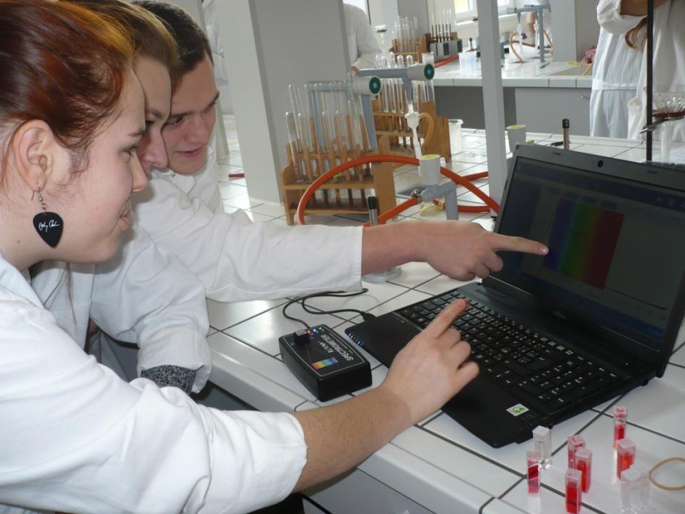 Laboratorní práce Naši studenti při práci v laboratoři
