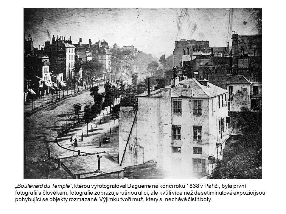 """""""Boulevard du Temple"""", kterou vyfotografoval Daguerre na konci roku 1838 v Paříži, byla první fotografií s člověkem; fotografie zobrazuje rušnou ulici"""