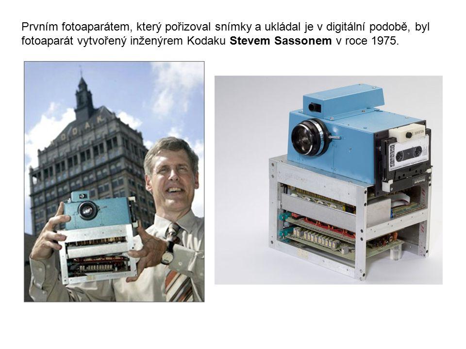 Prvním fotoaparátem, který pořizoval snímky a ukládal je v digitální podobě, byl fotoaparát vytvořený inženýrem Kodaku Stevem Sassonem v roce 1975.