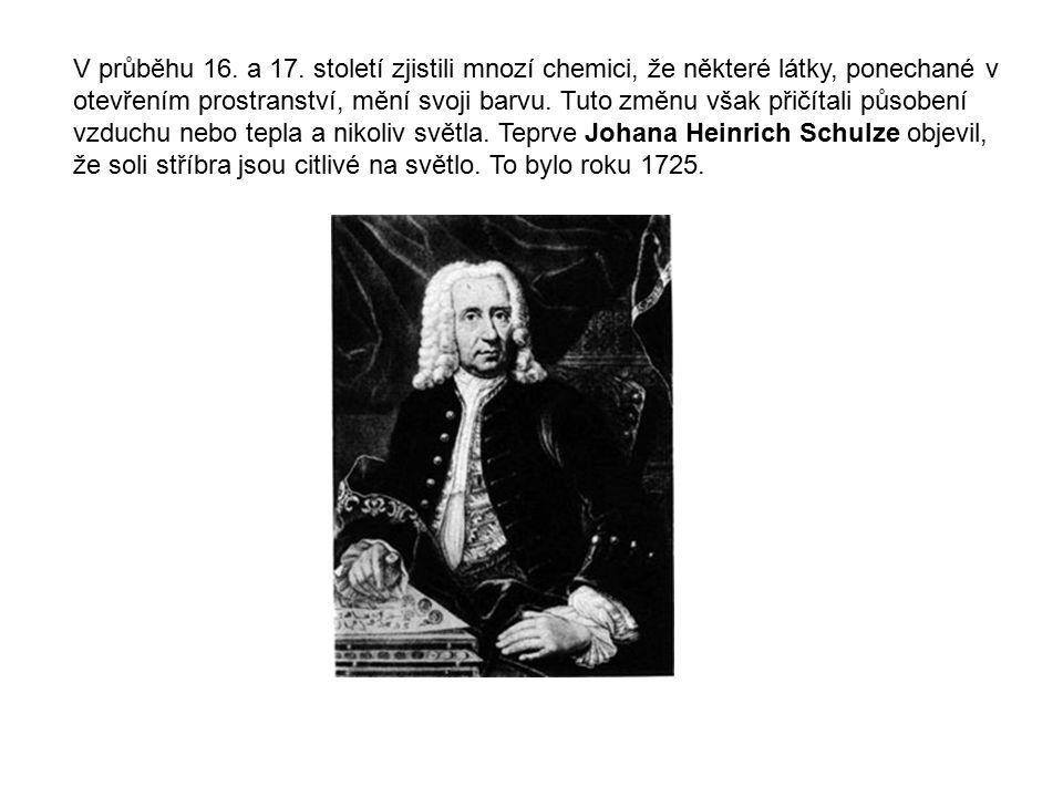 V průběhu 16. a 17. století zjistili mnozí chemici, že některé látky, ponechané v otevřením prostranství, mění svoji barvu. Tuto změnu však přičítali