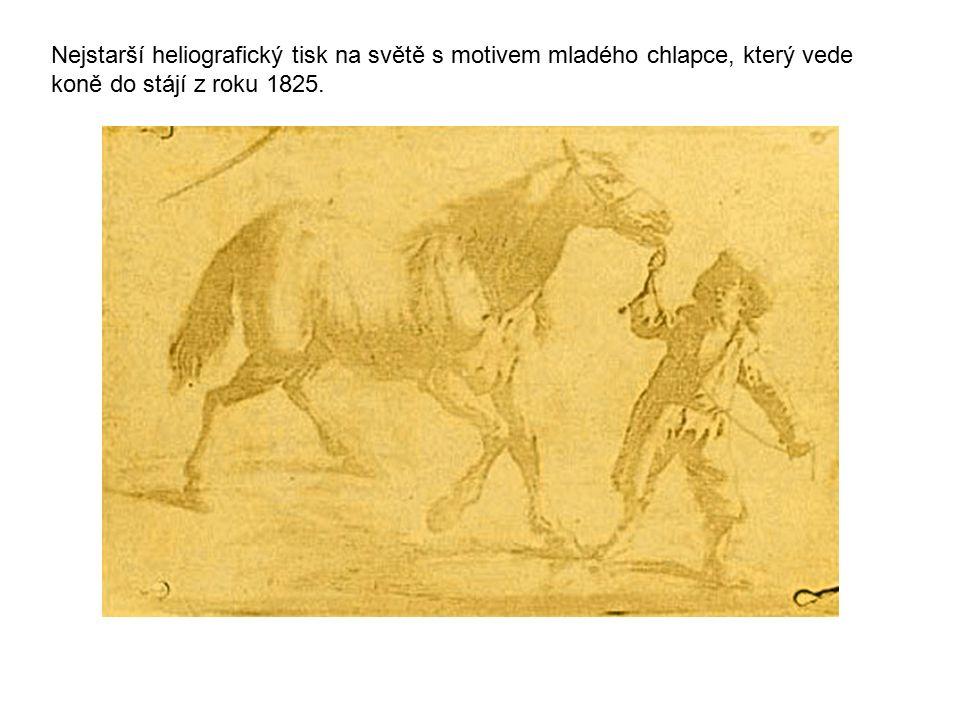 Nejstarší heliografický tisk na světě s motivem mladého chlapce, který vede koně do stájí z roku 1825.