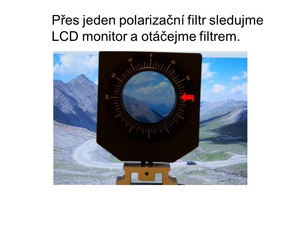 Přes jeden polarizační filtr sledujme LCD monitor a otáčejme filtrem.