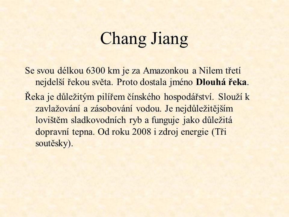 Chang Jiang Se svou délkou 6300 km je za Amazonkou a Nilem třetí nejdelší řekou světa. Proto dostala jméno Dlouhá řeka. Řeka je důležitým pilířem číns