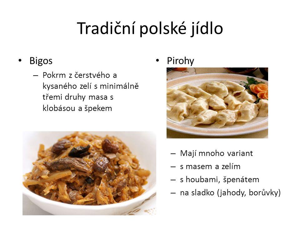 Tradiční polské jídlo Bigos – Pokrm z čerstvého a kysaného zelí s minimálně třemi druhy masa s klobásou a špekem Pirohy – Mají mnoho variant – s masem