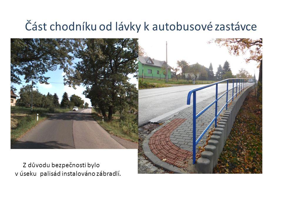 Část chodníku od lávky k autobusové zastávce Z důvodu bezpečnosti bylo v úseku palisád instalováno zábradlí.