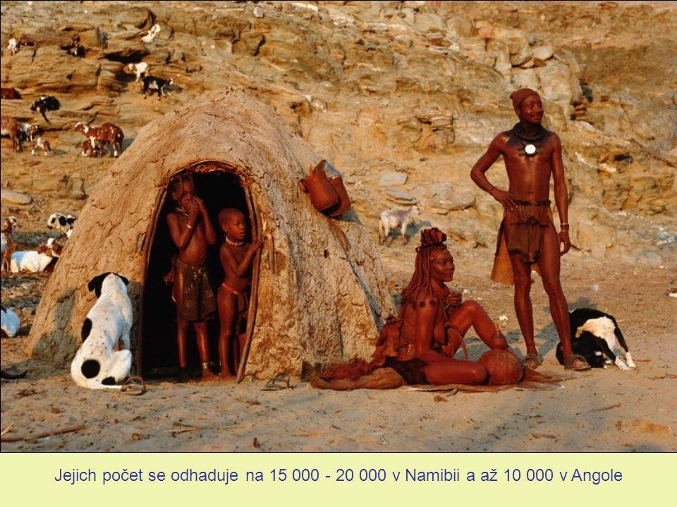 Život před chýší. Himbky, aby si prodloužily vlasy, naplétají do nich kozí chlupy