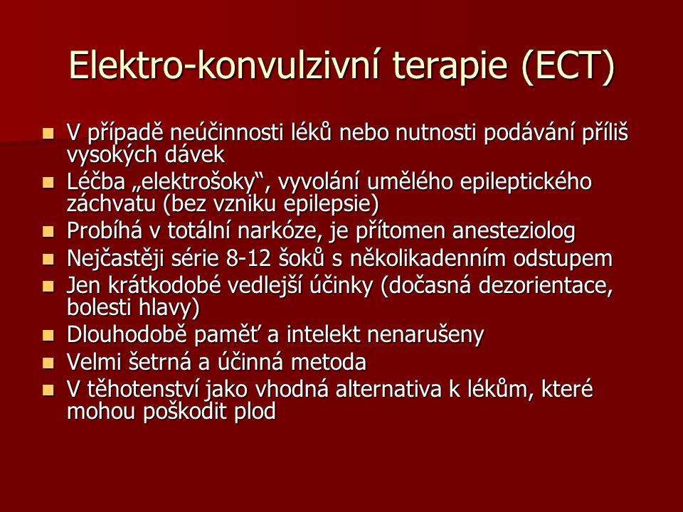 """Elektro-konvulzivní terapie (ECT) V případě neúčinnosti léků nebo nutnosti podávání příliš vysokých dávek V případě neúčinnosti léků nebo nutnosti podávání příliš vysokých dávek Léčba """"elektrošoky , vyvolání umělého epileptického záchvatu (bez vzniku epilepsie) Léčba """"elektrošoky , vyvolání umělého epileptického záchvatu (bez vzniku epilepsie) Probíhá v totální narkóze, je přítomen anesteziolog Probíhá v totální narkóze, je přítomen anesteziolog Nejčastěji série 8-12 šoků s několikadenním odstupem Nejčastěji série 8-12 šoků s několikadenním odstupem Jen krátkodobé vedlejší účinky (dočasná dezorientace, bolesti hlavy) Jen krátkodobé vedlejší účinky (dočasná dezorientace, bolesti hlavy) Dlouhodobě paměť a intelekt nenarušeny Dlouhodobě paměť a intelekt nenarušeny Velmi šetrná a účinná metoda Velmi šetrná a účinná metoda V těhotenství jako vhodná alternativa k lékům, které mohou poškodit plod V těhotenství jako vhodná alternativa k lékům, které mohou poškodit plod"""