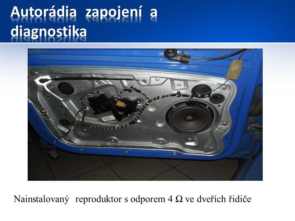 Nainstalovaný reproduktor s odporem 4 Ω ve dveřích řidiče