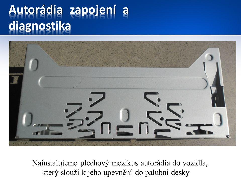 Nainstalujeme plechový mezikus autorádia do vozidla, který slouží k jeho upevnění do palubní desky