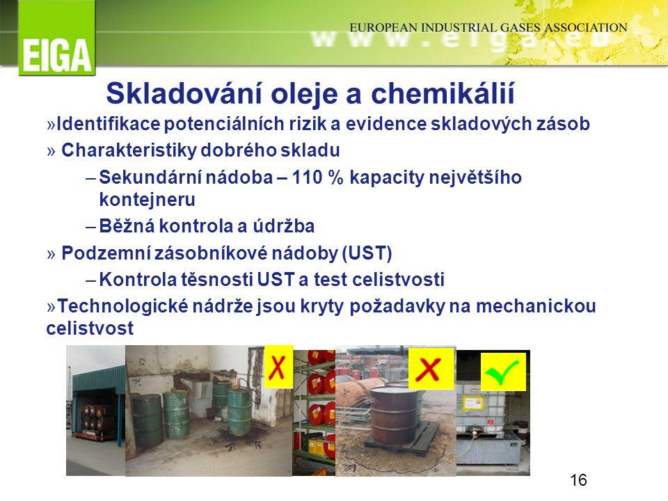 Skladování oleje a chemikálií »Identifikace potenciálních rizik a evidence skladových zásob » Charakteristiky dobrého skladu –Sekundární nádoba – 110 % kapacity největšího kontejneru –Běžná kontrola a údržba » Podzemní zásobníkové nádoby (UST) –Kontrola těsnosti UST a test celistvosti »Technologické nádrže jsou kryty požadavky na mechanickou celistvost 16