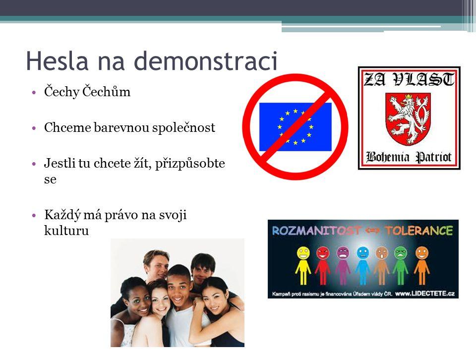 Hesla na demonstraci Čechy Čechům Chceme barevnou společnost Jestli tu chcete žít, přizpůsobte se Každý má právo na svoji kulturu