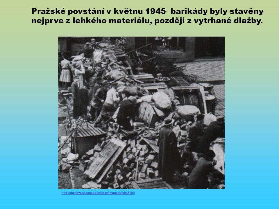 Pražské povstání v květnu 1945 - barikády byly stavěny nejprve z lehkého materiálu, později z vytrhané dlažby.