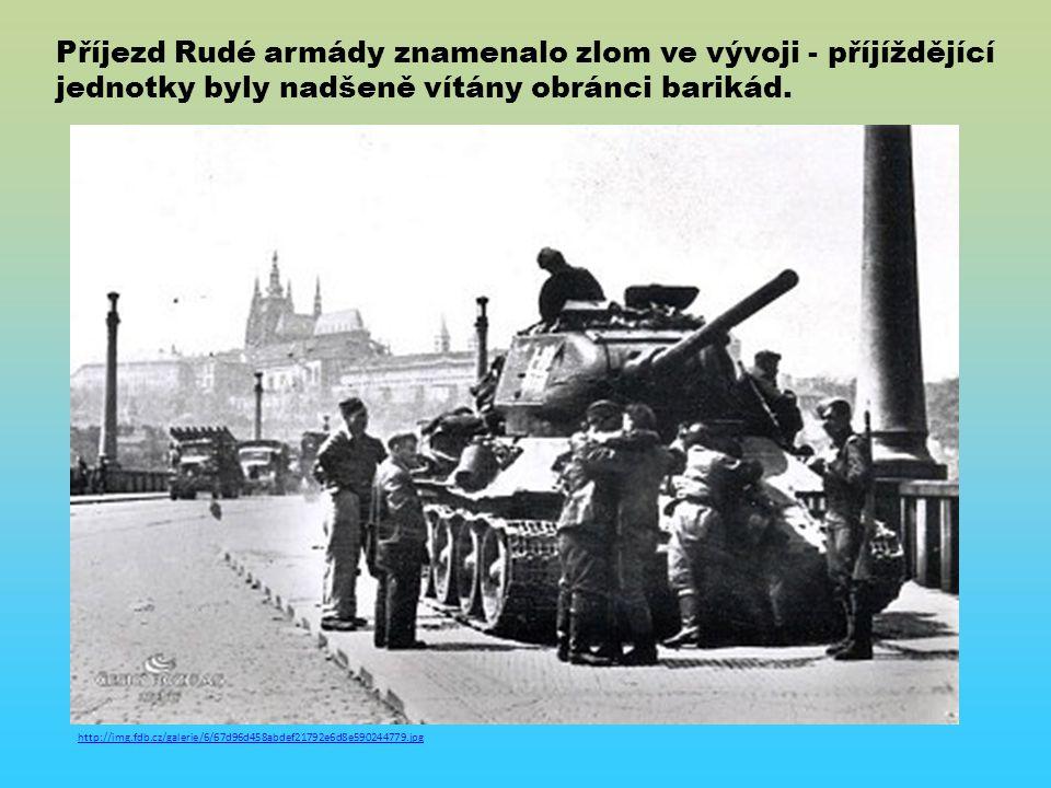 http://img.fdb.cz/galerie/6/67d96d458abdef21792e6d8e590244779.jpg Příjezd Rudé armády znamenalo zlom ve vývoji - příjíždějící jednotky byly nadšeně vítány obránci barikád.