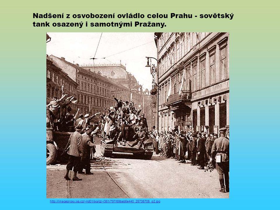 Nadšení z osvobození ovládlo celou Prahu - sovětský tank osazený i samotnými Pražany.