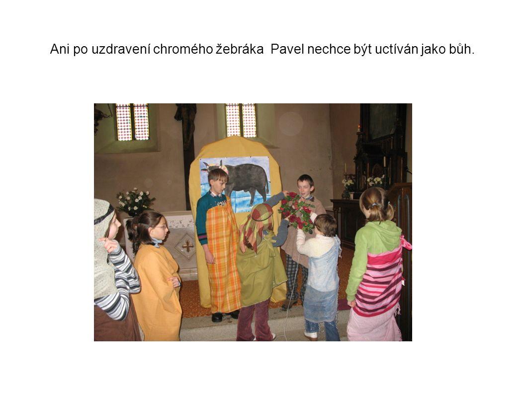 Ani po uzdravení chromého žebráka Pavel nechce být uctíván jako bůh.