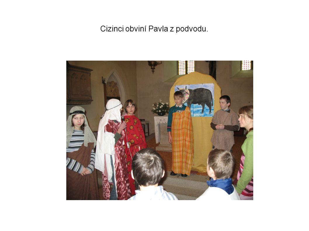 Cizinci obviní Pavla z podvodu.