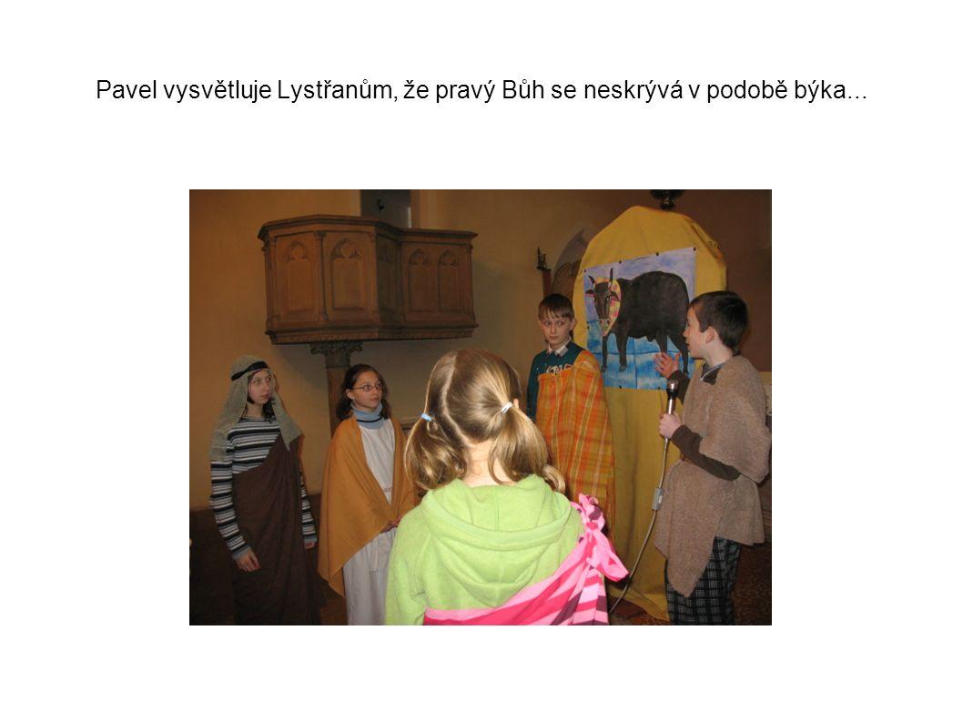 Pavel vysvětluje Lystřanům, že pravý Bůh se neskrývá v podobě býka...