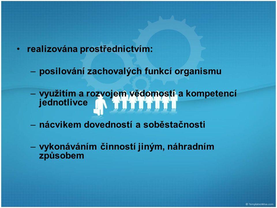realizována prostřednictvím: –posilování zachovalých funkcí organismu –využitím a rozvojem vědomostí a kompetencí jednotlivce –nácvikem dovedností a soběstačnosti –vykonáváním činností jiným, náhradním způsobem
