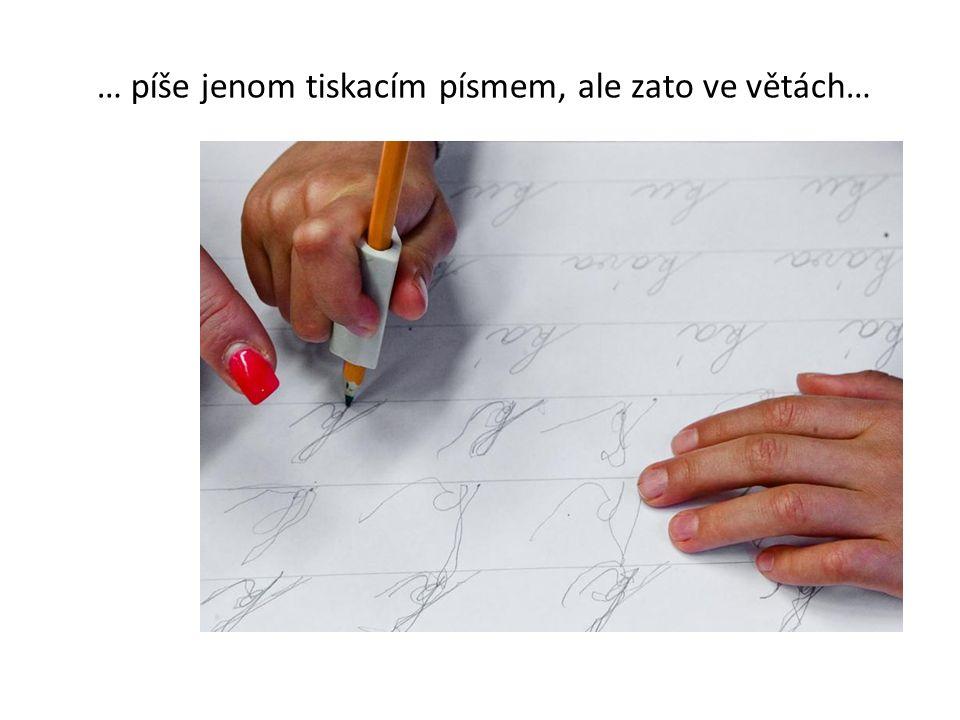 … píše jenom tiskacím písmem, ale zato ve větách…