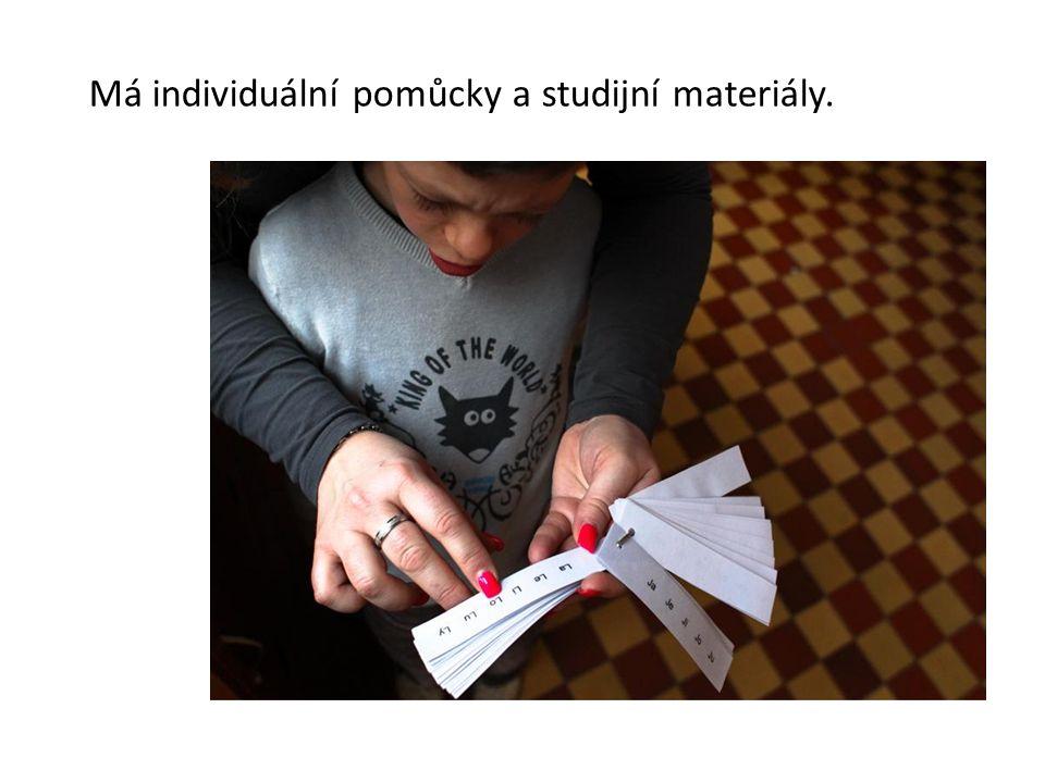 Má individuální pomůcky a studijní materiály.