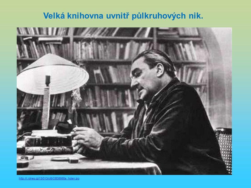 Velká knihovna uvnitř půlkruhových nik. http://i.idnes.cz/13/013/cl6/OB38985a_holan.jpg