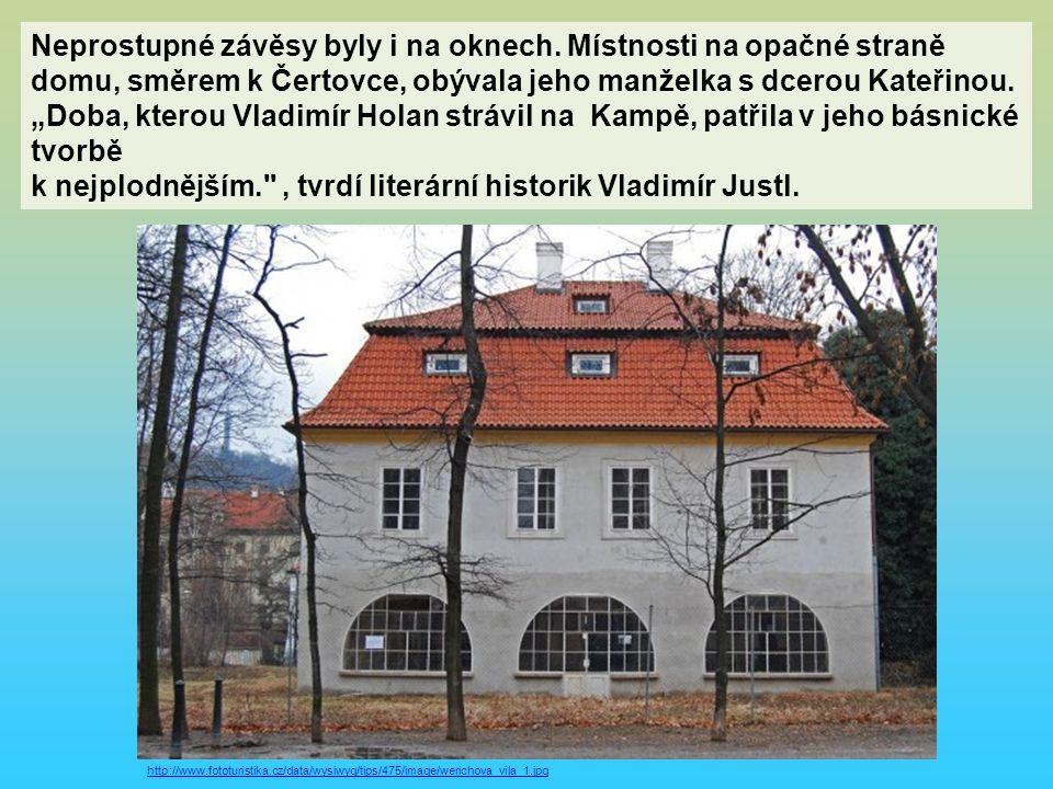 """Neprostupné závěsy byly i na oknech. Místnosti na opačné straně domu, směrem k Čertovce, obývala jeho manželka s dcerou Kateřinou. """"Doba, kterou Vladi"""