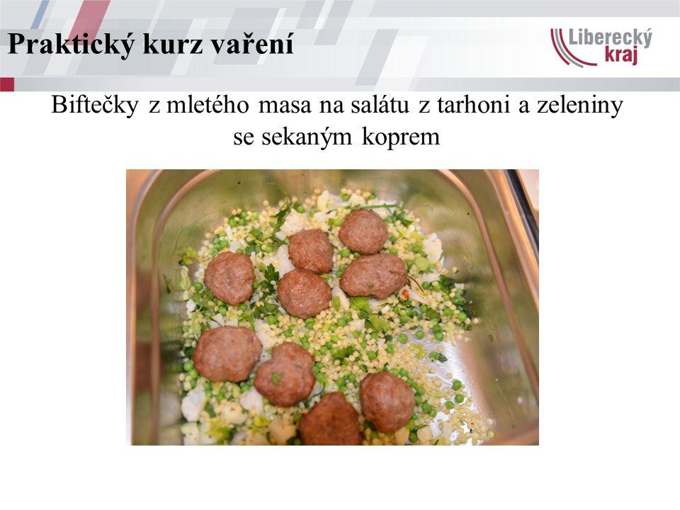 Biftečky z mletého masa na salátu z tarhoni a zeleniny se sekaným koprem Praktický kurz vaření