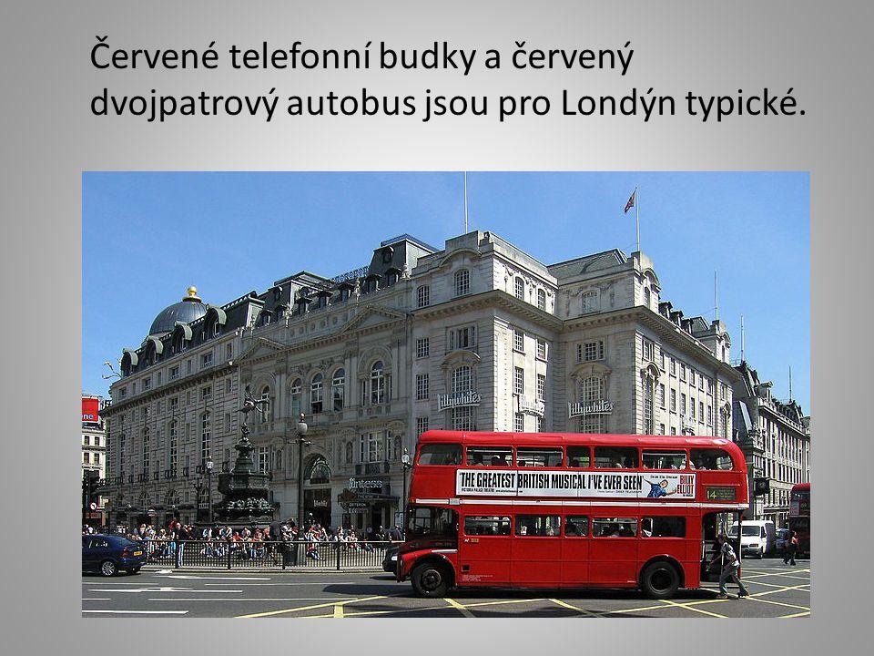 Červené telefonní budky a červený dvojpatrový autobus jsou pro Londýn typické.