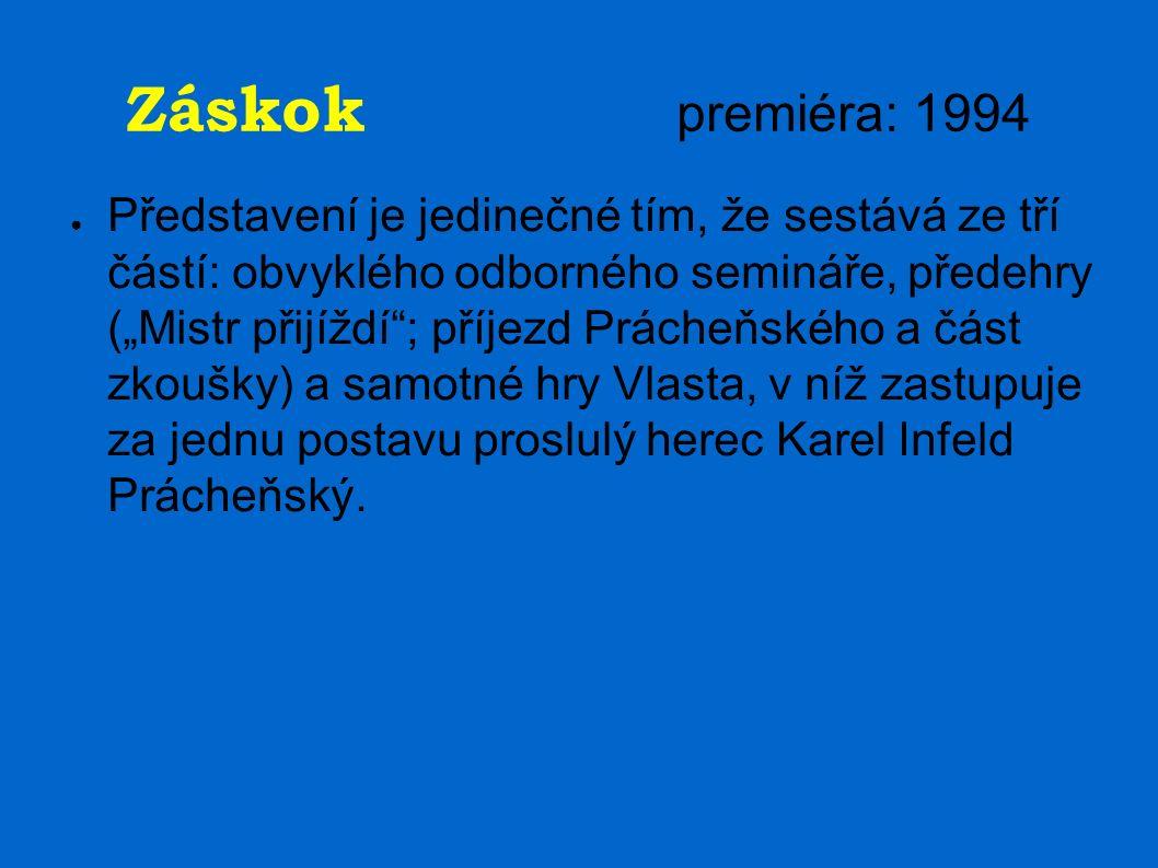 """Záskok premiéra: 1994 ● Představení je jedinečné tím, že sestává ze tří částí: obvyklého odborného semináře, předehry (""""Mistr přijíždí ; příjezd Prácheňského a část zkoušky) a samotné hry Vlasta, v níž zastupuje za jednu postavu proslulý herec Karel Infeld Prácheňský."""