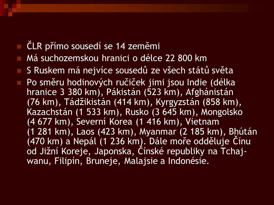 ČLR přímo sousedí se 14 zeměmi Má suchozemskou hranici o délce 22 800 km S Ruskem má nejvíce sousedů ze všech států světa Po směru hodinových ručiček jimi jsou Indie (délka hranice 3 380 km), Pákistán (523 km), Afghánistán (76 km), Tádžikistán (414 km), Kyrgyzstán (858 km), Kazachstán (1 533 km), Rusko (3 645 km), Mongolsko (4 677 km), Severní Korea (1 416 km), Vietnam (1 281 km), Laos (423 km), Myanmar (2 185 km), Bhútán (470 km) a Nepál (1 236 km).