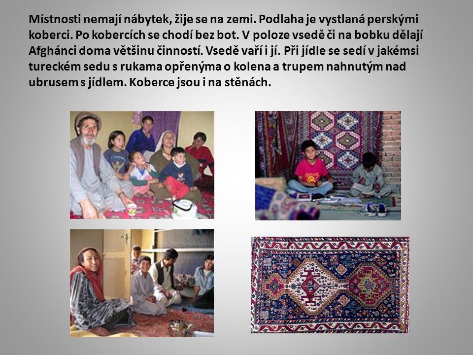 Místnosti nemají nábytek, žije se na zemi. Podlaha je vystlaná perskými koberci.
