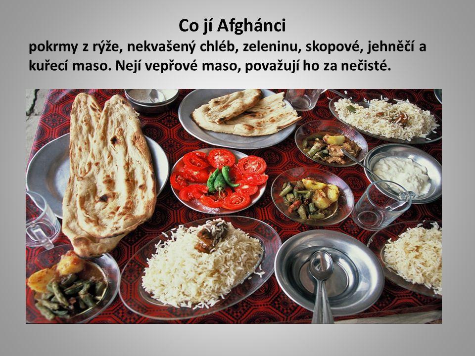 Co jí Afghánci pokrmy z rýže, nekvašený chléb, zeleninu, skopové, jehněčí a kuřecí maso.