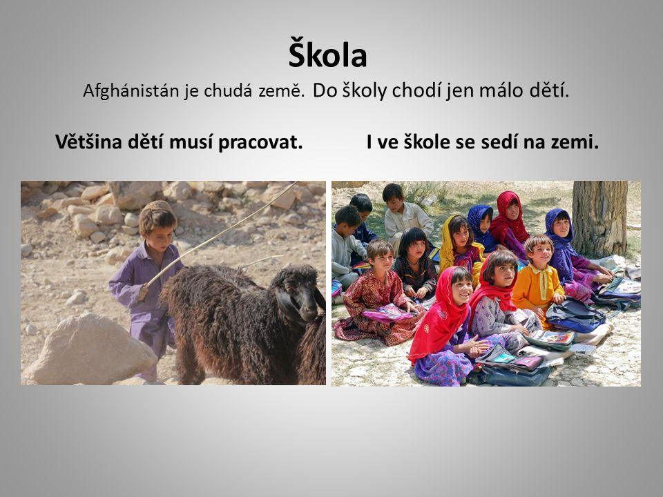 Škola Afghánistán je chudá země. Do školy chodí jen málo dětí.