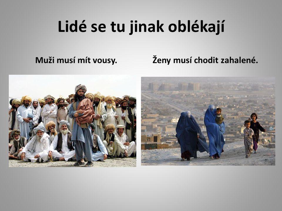 Děti nemají tolik oblečení jako ty naše. Jaký je rozdíl v oblékání u nás a v Afghánistánu?