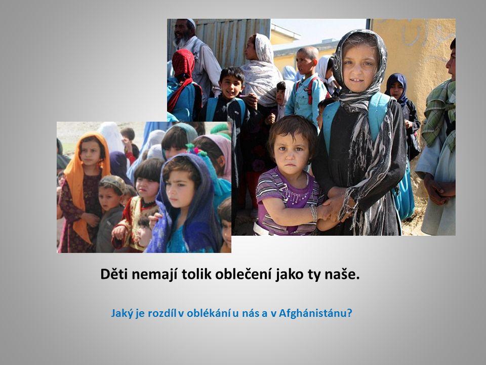 Děti nemají tolik oblečení jako ty naše. Jaký je rozdíl v oblékání u nás a v Afghánistánu