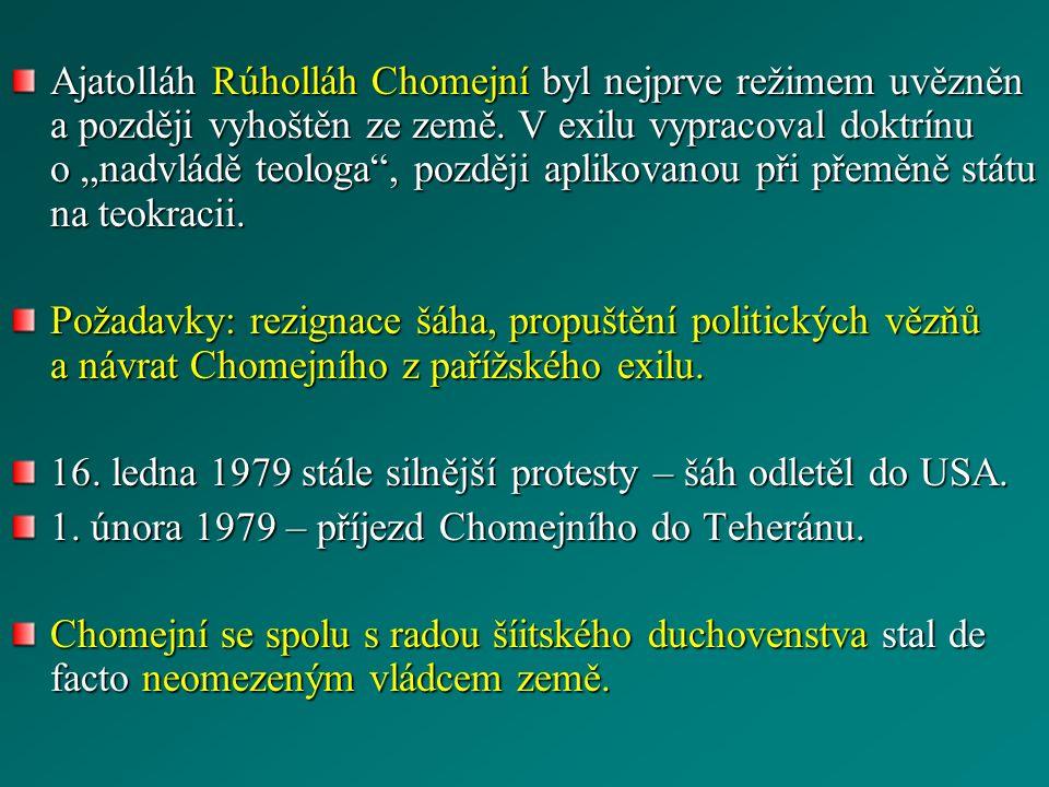 """Ajatolláh Rúholláh Chomejní byl nejprve režimem uvězněn a později vyhoštěn ze země. V exilu vypracoval doktrínu o """"nadvládě teologa"""", později aplikova"""