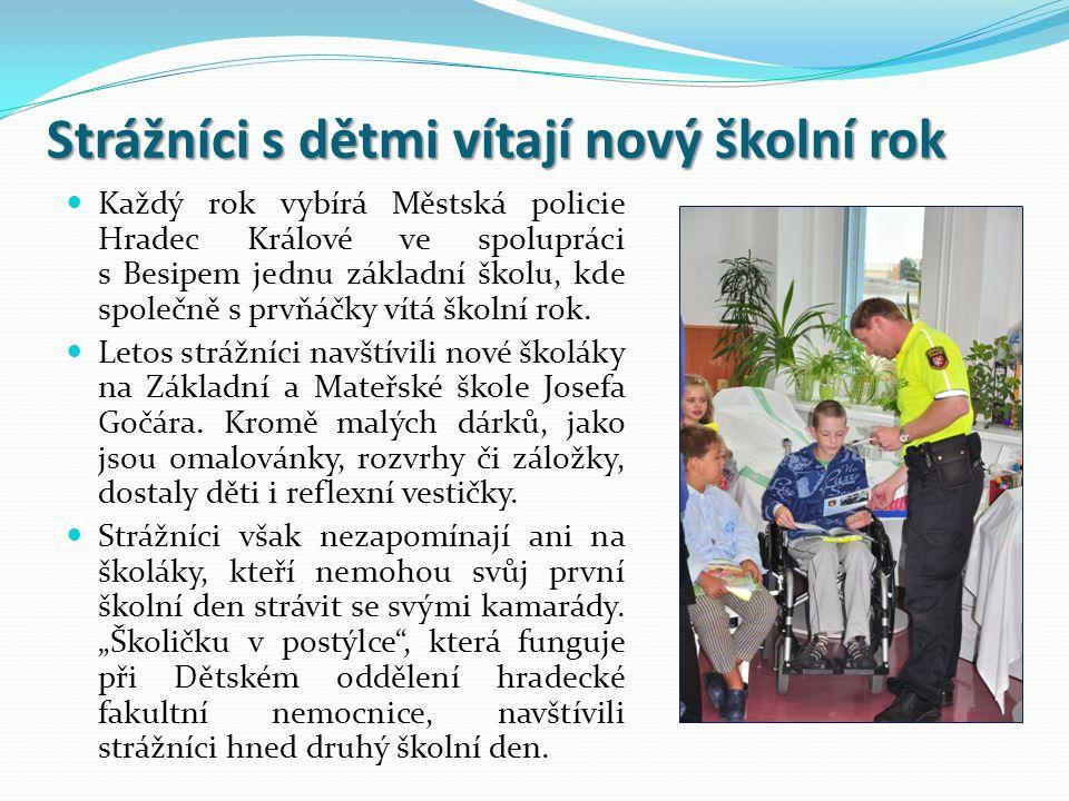 Strážníci s dětmi vítají nový školní rok Každý rok vybírá Městská policie Hradec Králové ve spolupráci s Besipem jednu základní školu, kde společně s prvňáčky vítá školní rok.