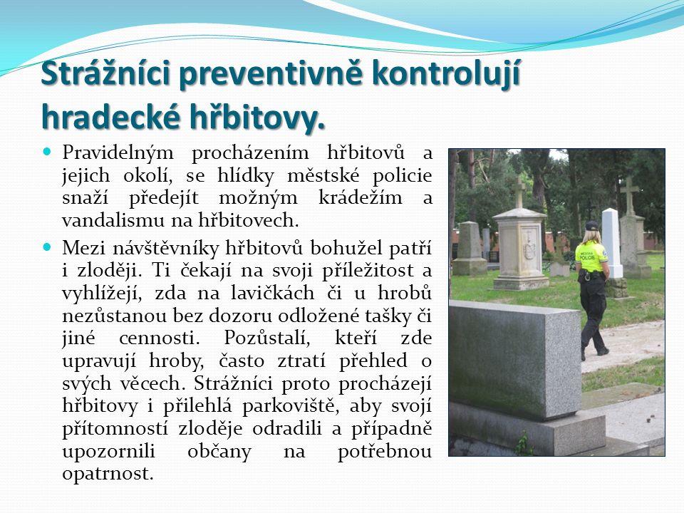 Strážníci preventivně kontrolují hradecké hřbitovy.