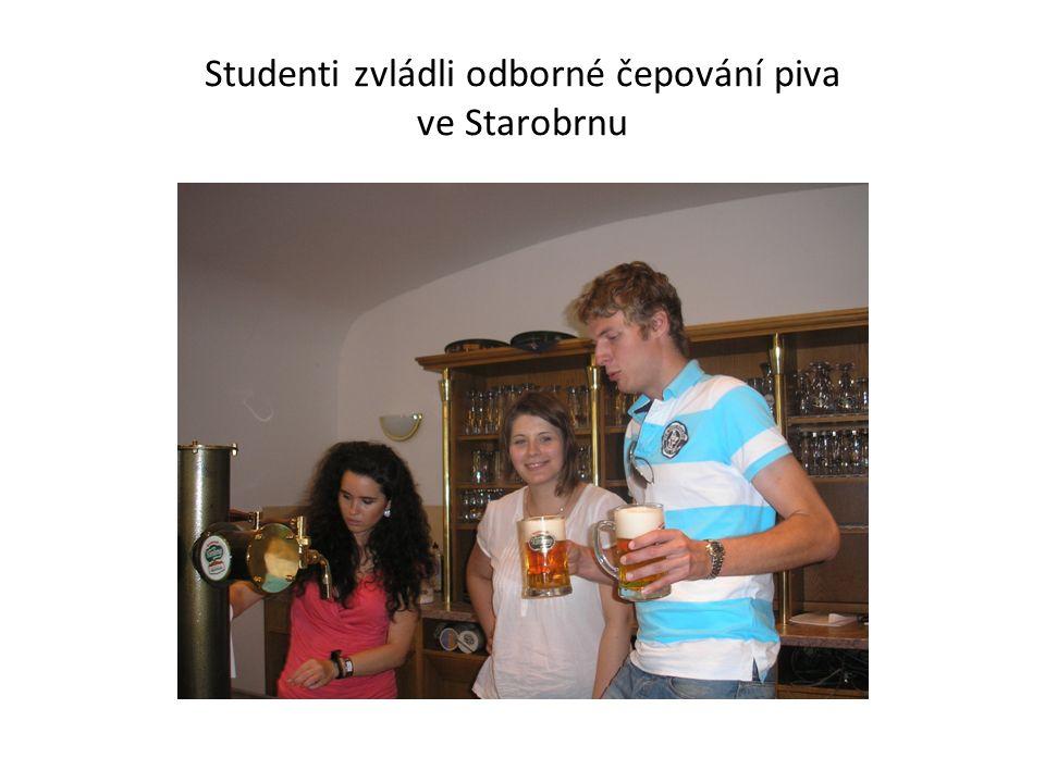 Studenti zvládli odborné čepování piva ve Starobrnu