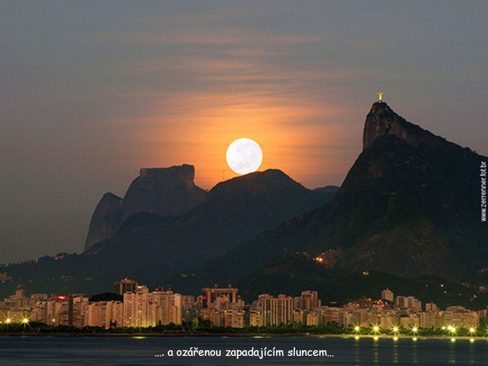 Úchvatný pohled na sochu osvícenou měsícem