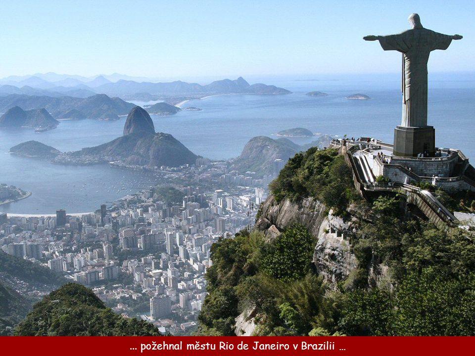 Socha Krista stojí na vrcholu hory Corcovado nad Riem